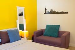 室内设计:松弛五颜六色的卧室和生存空间 免版税库存图片