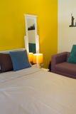 室内设计:松弛五颜六色的卧室和生存空间 免版税库存照片