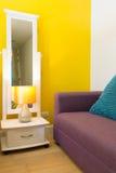 室内设计:松弛五颜六色的生存空间在卧室 免版税库存图片