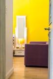 室内设计:松弛五颜六色的生存空间在卧室 免版税库存照片
