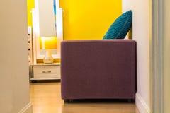 室内设计:松弛五颜六色的生存空间在卧室 库存照片