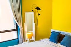 室内设计:现代卧室,床边内阁 免版税库存照片