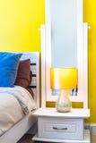 室内设计:现代卧室,床边内阁 免版税库存图片