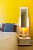 室内设计:现代卧室,床边内阁 免版税图库摄影