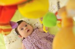 室内逗人喜爱的矮小的婴孩 免版税库存图片