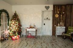 室内部有圣诞节云杉的 图库摄影