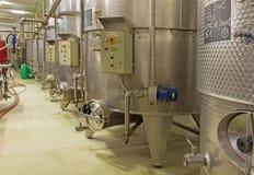 室内酒制造商了不起的斯洛伐克生产商。发酵的现代大酒桶。 库存照片