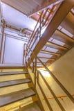 室内防火梯台阶在旅馆里 免版税库存图片