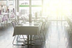 室内餐馆制表准备好服务 免版税库存图片