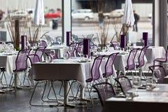 室内餐馆制表准备好服务 免版税库存照片