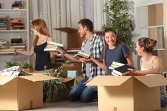 室友合作的把装箱的belingings移动的家 免版税图库摄影