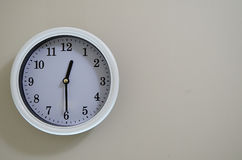 室壁钟时间是在12:30 库存图片