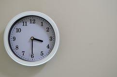 室壁钟时间是在3:30 库存照片