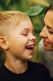 室外一个愉快的母亲和她的儿子的画象 一mo的系列 免版税库存照片