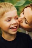 室外一个愉快的母亲和她的儿子的画象 一mo的系列 免版税图库摄影