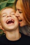 室外一个愉快的母亲和她的儿子的画象 一mo的系列 免版税库存图片