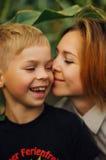 室外一个愉快的母亲和她的儿子的画象 一mo的系列 库存图片