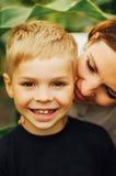 室外一个愉快的母亲和她的儿子的画象 一mo的系列 库存照片