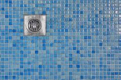 室外与流出花格的阵雨客舱蓝色铺磁砖的地板  免版税库存照片