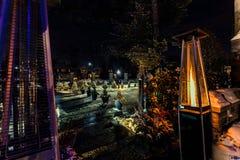 室外丙烷加热器看法打开了反对后院背景装饰与各种各样的光在冬时 图库摄影