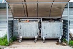 室外两个的大型垃圾桶 免版税库存照片