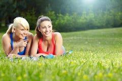 室外二个健身的女孩 免版税库存图片