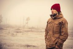 年轻室外人佩带的冬天帽子的衣物 免版税库存照片