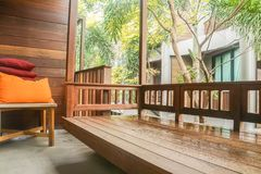 室外休息的木大阳台在豪华卧室在豪华旅馆里 库存照片