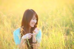 室外俏丽的女孩,领域的美丽的少年式样女孩在太阳光 免版税图库摄影