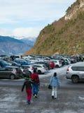 室外停车处的未认出的滑雪者 库存图片