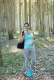 室外健身锻炼的运动的妊妇 免版税库存照片