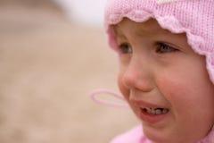室外儿童女孩哭泣的特写镜头 免版税库存图片