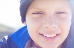 室外儿童男孩愉快的面孔的特写镜头 免版税图库摄影