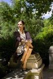 室外公园纵向俏丽的妇女 图库摄影