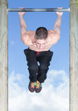 室外公园酒吧健身锻炼 免版税库存图片