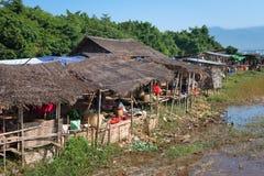 室外公开市场在朝向缅甸的村庄Inle湖 免版税库存照片