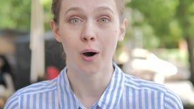 室外关闭震惊年轻女人 股票视频