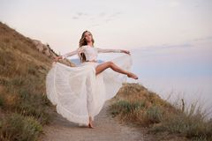 室外典雅的跳芭蕾舞者女孩跳舞的芭蕾 免版税图库摄影