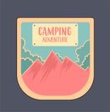 室外冒险徽章和减速火箭的象征,创造在明亮的颜色 免版税库存图片
