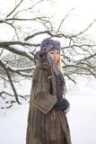 室外冬天的风景的好女孩 免版税库存照片