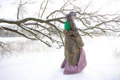 室外冬天的风景的好女孩 免版税图库摄影