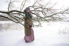 室外冬天的风景的好女孩 免版税库存图片