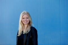 室外凉快的白肤金发的女孩 免版税库存照片
