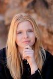 室外凉快的白肤金发的女孩 免版税库存图片