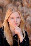 室外凉快的白肤金发的女孩 免版税图库摄影