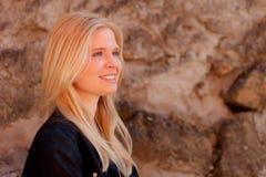 室外凉快的白肤金发的女孩 图库摄影