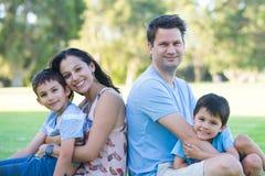 室外友好的人种间家庭的公园 库存图片