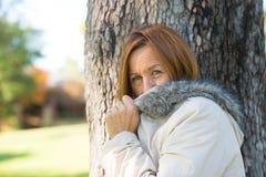 室外友好的成熟妇女冬天的jackte 库存照片