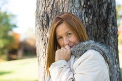 室外友好的成熟妇女冬天的jackte 免版税库存图片