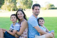 室外友好的年轻人种间的家庭 库存照片